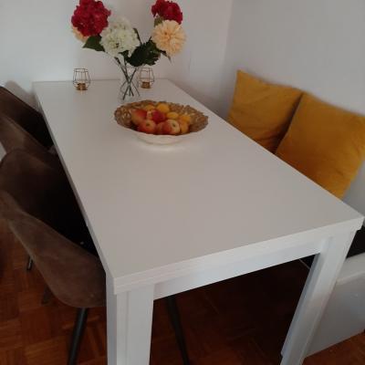 Tisch mit Stühlen und Sitzbank - thumb