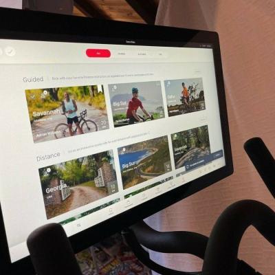 Peloton Bike + Bildschirm - sofort verfügbar - thumb