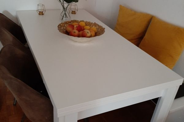 Tisch mit Stühlen und Sitzbank