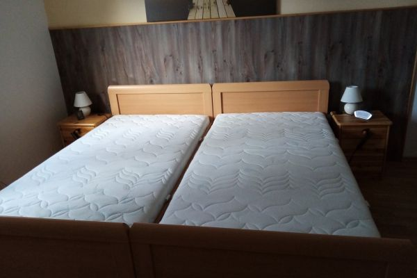 Betten in Buchenoptik