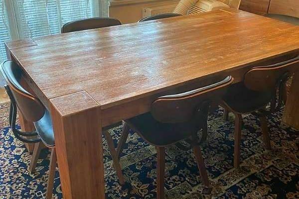 Massiven Holztisch.